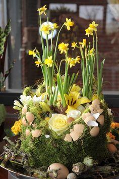 Easter flower arrangement   flor de Pascua