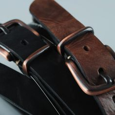 Leather belt for jeans with buckle and loop in copper finish.