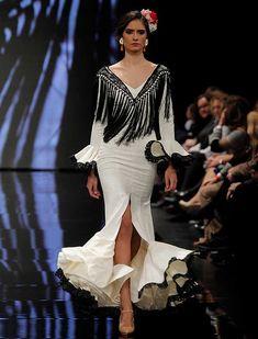 SIMOF 2018: el desfile de Yolanda Moda Flamenca, en fotos / Raúl Doblado Mermaid Gown, Long Jackets, Fashion History, Fashion Forward, Wedding Gowns, Peplum Dress, Bell Sleeve Top, Style Inspiration, Couture