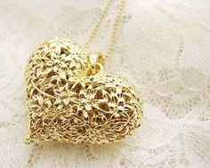 A GOLDEN HEART NECKLACE BY ANNA ROSA.