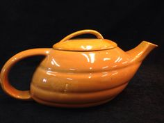 VINTAGE BAUER POTTERY ALADDIN TEAPOT IN A RARE COLOR. MADE IN USA. 6H X 12W