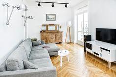 """<p><strong>Wnętrza mieszkań</strong>, które charakteryzuje kolorystyczny minimalizm, zyskują coraz to szersze grono zwolenników. <strong>Projekt wnętrz</strong> utrzymany w trzech podstawowych barwach może wydawać się nieco nudny i monotonny. W rzeczywistości jednak potrafi zaskakiwać różnorodnością i oryginalnością. Prezentujemy <strong>projekt wnętrz mieszkania</strong> w kamienicy, którego hasłem przewodnim jest """"biel, szarość, czerń"""".</p>"""