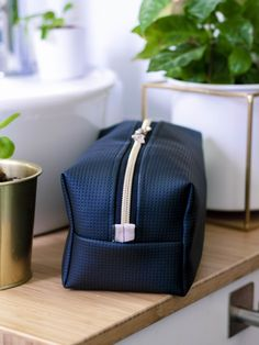 Neceser is a straightforward, simple toilet bag. It is perfect for men . - Neceser is a straightforward, simple toilet bag. It is perfect for men! Let and sew a toilet bag to - Diy Pencil Case, Leather Pencil Case, Diy Network, Handmade Bags, Getting Things Done, Own Home, Diy Fashion, Inventions, Metal Working