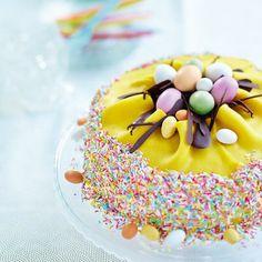 Påsktårta med fågelbo Easter Recipes, Holiday Recipes, Chocolate Easter Cake, Swedish Recipes, Easter Celebration, Hoppy Easter, Easter Dinner, Marzipan, No Bake Desserts