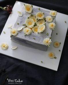 버터크림 소국 꽃.  사각 플라워케이크. 블로그에는 더 많은 사진 보실 수 있어요^^ . . 수업상담 Kakao Id : koreaflower02 Line Id : vivicake02 Wechat Id : vivicake_korea . . 블로그 주소 : www.vivi-cake.com . . vivicakeclass@gmail.com . . .  #flowercake #design #cake #flowercakeclass #cakeclass #flowers  #koreaflowercake #koreanflowercake #piping #rice #riceflowercake #wilton #wiltoncake #koreanbuttercream #flowers #baking #beanpaste #beanpasteflower #플라워케이크 #베이킹 #작약 #버터크림플라워케이크 #버터크림케이크 #플라워케이크클래스 #클래스