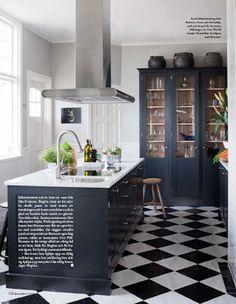 Black kitchen, vitrine, checked floor, marble, harlequin, carrara.