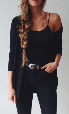 Todo negro. Cárdigan, jeans, blusita de tirantes y un cinturón con detalles plateados