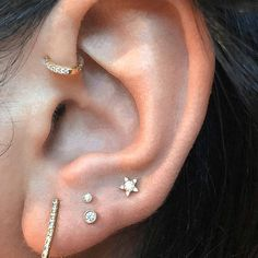 ✨This Is the Next Big Trend:high lobe piercings. ✨ It's a fun placement without the commitment of the upper ear cartilage, It's known as 'vertically paired' or the 'stacked lobe piercing.' They can also be placed diagonally. It's a fix for poor placement of traditional lobe piercings that may have been done with an ear piercing gun but has really become a popular choice for those that just want something fun. #Fairycity #beauty #fashion Cool Ear Piercings, Ear Lobe Piercings, Types Of Ear Piercings, Celebrity Ear Piercings, Female Piercings, Piercings For Girls, Ear Piercing Places, Innenohr Piercing, Front Helix Piercing