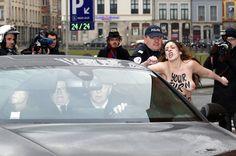 Ativista do grupo feminista Femen protesta durante a chegada do ex-diretor do FMI, Dominique Strauss-Kahn, à corte de Lille, na França. Ele é acusado de violência sexual e de fazer parte de uma rede de prosituição