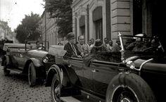 La reina María Cristina y su nieto Alfonso partiendo de la estación del Norte en coche