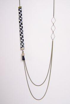 Sautoir double chaîne motifs géométrique noir et blanc : Collier par les-bijoux-de-circe