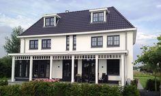 Statige witte koloniale villa in Overgooi, Almere  - 01 Architecten - Ontworpen door Dennis Kemper tijdens de periode dat hij bij EVE-architecten werkte.