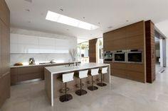 Hoy en día la tendencia es hacer que el interior sea lo más fluido posible y simplificar la estructura y la decoración sin sacrificar la funcionalidad. Así las cocinas de concepto abierto se imponen cada vez más.