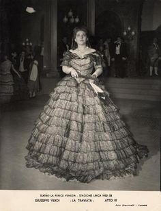 Divina MariaCallas! Qui nei panni di Violetta Valéry alla Fenice nel 1952