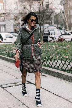 Falda a la rodilla de cuadros, abrigo verde, bolza cruzada... Viviana Volpicella es la reina de la moda.