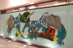 Vetrofania presente alla stazione della metropolitana Monte Grappa di Torino, firmata da Ugo Nespolo per GTT.