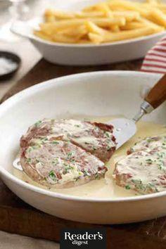 Dieses Steak-Rezept ist so einfach, dass es immer gelingt. Aus unserem Kochbuch Fleisch, herzhaft und lecker.  Zutaten      3 große Knoblauchzehen     3 EL Butter     3 EL Olivenöl     4 Rinderfilet oder Ribeye- Steaks ohne Knochen (je 200 g)     300 g Kaffeesahne     2 EL frische Petersilie, gehackt     Aluminiumfolie   #rezepte #steak #fleisch Steaks, Pork, Meat, Recipes, Leafy Salad, Beef Fillet, Parsley, Coffee Creamer, Beef Steaks