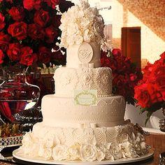Bolo de casamento, todo e primeiro andar com muitas flores de açucar, assinados por Simone Amaral. Venha seguir www.instagram.com/simoneamaralofficial e curtir www.fb.com/simoneamaralpatisserie
