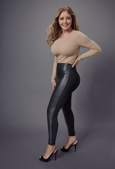 Broadcaster Carol Vorderman stepped out in London wearing a pair of skin-tight black jeggings and a figure-hugging, flame-hued top, this week, causing the nation's eyes to veritably pop. Sexy Older Women, Sexy Women, Carol Vordeman, Sexy Legs And Heels, Tv Presenters, Voluptuous Women, Lady, Gorgeous Women, Celebs