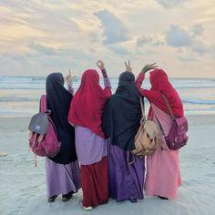 No photo description available. Niqab Fashion, Muslim Fashion, Fashion Muslimah, Beautiful Muslim Women, Beautiful Hijab, Hijab Style Dress, Hijab Outfit, Hijab Drawing, Hijab Casual