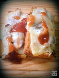Tosta aberta de cogumelos pleurotes pickles com queijo de azeitão, geleia de maçã canela laranja e malagueta.