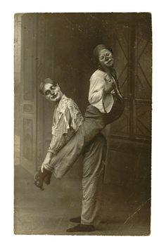 vintage everyday: 24 Haunting Photos of Vintage Circus May Give You a Nightmare Old Circus, Dark Circus, Night Circus, Cirque Vintage, Vintage Clown, Des Photos Saisissantes, Creepy Clown, Creepy Circus, Haunting Photos