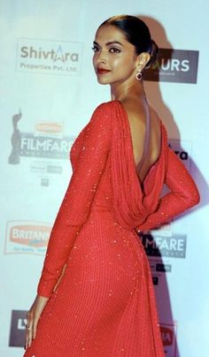 Indian Bollywood actress Deepika Padukone attends the Filmfare Awards ceremony in Mumbai on January 15 2016 AFP PHOTO / AFP / STR Indian Actress Hot Pics, Indian Bollywood Actress, Indian Actresses, Parneeti Chopra, Dipika Padukone, Deepika Padukone Style, Indian Models, Gorgeous Women, Beautiful