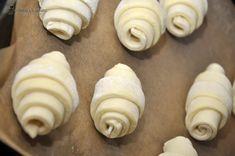 Cornuri aperitiv cu cascaval — Alina's Cuisine Mini Cupcakes, Cookies, Desserts, Food, Crack Crackers, Tailgate Desserts, Deserts, Biscuits, Essen