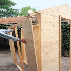 Fixer les bâtis des placards sur les pignons Art Shed, Garden Tool Shed, Tool Sheds, Rope Shelves, Play Houses, Outdoor Storage, Construction, Exterior, Outdoor Structures