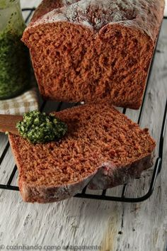 Um pão com um colorido bem diferente e sabor marcante. O pão de beterraba combina com acompanhamentos doces e salgados...bem versátil!