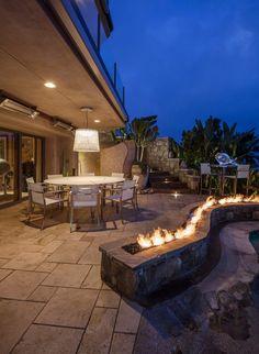 terrassenplatten aus stein, weiße essmöbel und offene gas, Terrassen deko