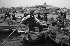Boatmen waiting for passengers to cross the Golden Horn towards Galata, Istanbul, [Credit : Ara Güler] Istanbul, Historical Pictures, Historical Sites, Artistic Photography, White Photography, Photography Magazine, Great Photos, Old Photos, Golden Horn