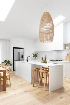 Beautiful Kitchen Designs, Beautiful Kitchens, Round Wooden Coffee Table, Wooden Bar, Interiors Online, Street House, Indoor Outdoor Living, Large Bedroom, Cuisines Design