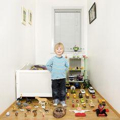 Niños de alrededor del mundo con sus objetos más preciados, por el fotógrafo italiano Gabriele Galimberti.