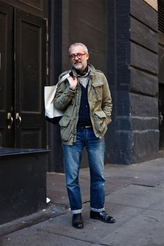 How to Wear a Military Jacket For Men looks & outfits) Hipster Grunge, Grunge Goth, Look Fashion, Winter Fashion, Mature Mens Fashion, Street Style Vintage, Olive Jacket, Field Jacket, Looks Style