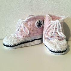 Hæklet Converse sko | 100% Bomuld. Kan maskinvaskes ved 60 grader. Findes i flere nuancer. Er udstyret med snørebånd, som kan strammes og Converse logo. Skoen har en længde på 9.5 cm og en højde på 8.5 cm. En fuld ud funktionel sko til en baby. Nuancer, Bomuld, Two Hands, Baby Shoes, Sneakers, Kids, Clothes, Fashion, Tennis