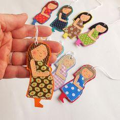 Zauberhafte auf Karton genähte kleine Schwangere z.B. als Geschenkanhänger für die nette Hebamme...      .Tante-Rö-Unikat.