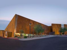 Arabian Library in Scottsdale, Arizona, built in 2007 won the Smart Environment Award. The building is a remembrance of the desert slot canyons of northern Arizona and monument valley. Scottsdale Arizona, Library Architecture, Modern Architecture, Education Architecture, Metropolis Magazine, Beautiful Library, Local Library, Library Design, Modern Library