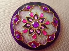 disfrutacreandotutoriales.blogspot.com.ar 2016 09 mandala-violeta.html Cd Crafts, Diy Home Crafts, Recycled Crafts, Arts And Crafts, Cd Art, Old Jewelry, Bottle Art, Mandala Art, Suncatchers