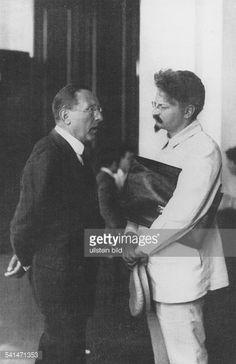 Soviet Union Leo Trotzkiy *1879-1940+ Politician, USSR Trotzkiy talking to the Italian politician Giaconti Menotti Serrati (l) - early 1920ies