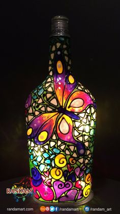 Hand painted bottle light - Quilling Deco Home Trends Painted Glass Bottles, Glass Bottle Crafts, Wine Bottle Art, Diy Bottle, Decorated Bottles, Bottle Lamps, Bottle Wall, Lighted Wine Bottles, Glass Painting Patterns