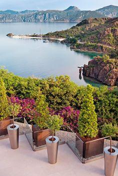 D-Hotel Maris, Türkei Ein puristisch-elegantes Hideaway für Ästheten, königlich thronend auf einer Klippe — eine Symbiose von Naturschönheit und Design.