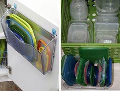 Os potes de plástico devem ser guardados abertos para não ficar com cheiro. Separe as tampas em uma cestinha ou improvise um organizador na porta do armário!