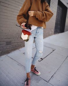 RACHEL COMEY | sweatshirt / LEVI'S | wedgie icon jeans / GOLDEN GOOSE | sneakers / MANU ATELIER | micro bag / basic white T