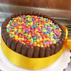 Torta de brigadeiro. Coberta com confeitos para festas de criança. #confeitariapolos  (em Polos Pães e Doces)