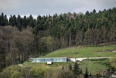 Villa K é uma residência espetacular localizada na Turíngia, Alemanha. Projetada por Paul de Ruiter Architects, a casa ultramoderna de 248 metros quadrados na montanha oferece uma vista incrível do vale, com uma pegada minimalista. Os visit