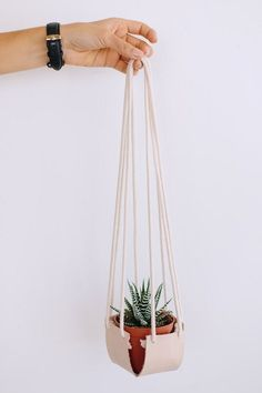 DIY Hanging Leather Planter As the studio is overflowing with plants these days, it seems silly not to experiment with different types of planters! Try this DIY hanging leather planter Leather Diy Crafts, Leather Projects, Diy Simple, Easy Diy, Fun Diy, Planter Boxes, Hanging Planters, Deco Cuir, Leather Box