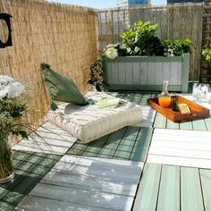 Un grand balcon aménagé comme une terrasse en damier - Marie Claire Maison