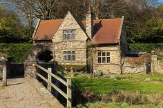 Old English House [Like the historic cottage feel, stone cut/pattern, window design, and arch above bridge] Location Chalet, Location Saisonnière, Location Gite, Cottages Anglais, Gite Rural, Country House Interior, Country Houses, Country Life, Rural House