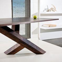 table de salle à manger en bois à pieds croisés